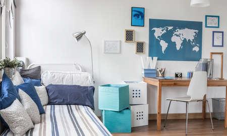 男性のティーンエイ ジャーのために設計された部屋のインテリア