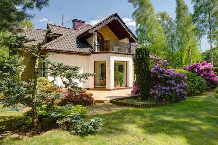 戸建の家の前で美の庭 写真素材
