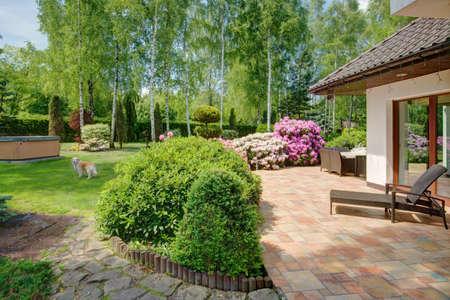 Beeld van de schoonheid tuin in de zomertijd