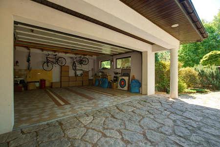 Cajas de cartón y bicicletas en el garaje Foto de archivo - 42198965