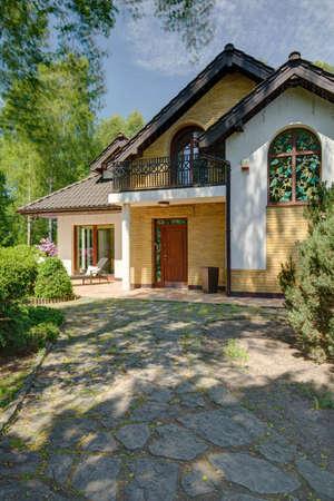 casa de campo: Imagen de camino a casa de lujo destacado