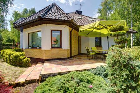 Buitenkant van een eengezinswoning met terras