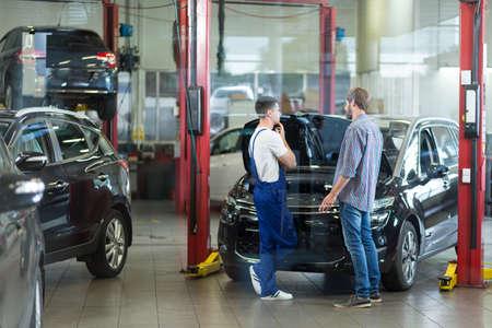 Człowiek ma problemy z samochodu wizytującego warsztatu Zdjęcie Seryjne