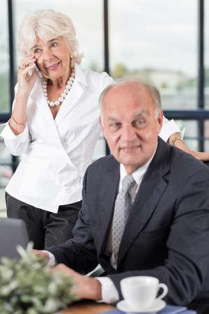 personas de pie: Retrato de elegante par de negocios en la oficina Foto de archivo