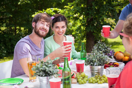 barbecue: Retrato de la feliz pareja en fiesta de barbacoa