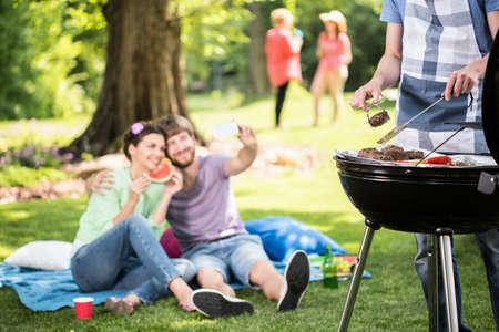 Gelukkige mensen doen grill in het park