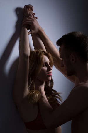 Jonge verliefde man met nek en armen van zijn vrouw