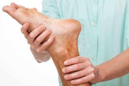 Pacjent po udarze robi ćwiczenia stóp podczas fizjoterapii