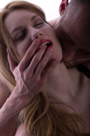 sexo pareja joven: Joven atractiva atractiva pareja bes�ndose durante los escarceos sexuales