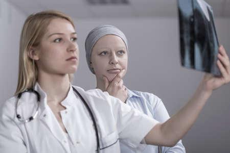 Mooie arts op zoek naar metastase op Xray van kanker vrouw