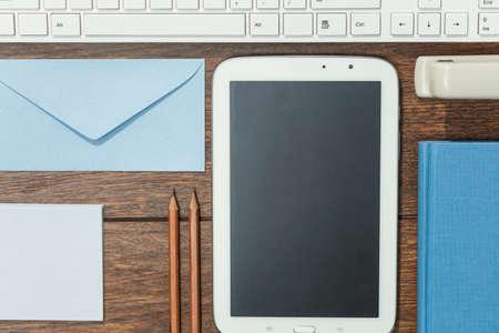 papeles oficina: Primer plano de herramientas de trabajo bien organizado en escritorio de madera