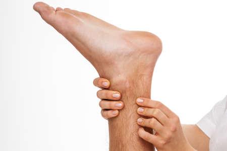 아킬레스 건을 palpating 물리 치료사의 근접