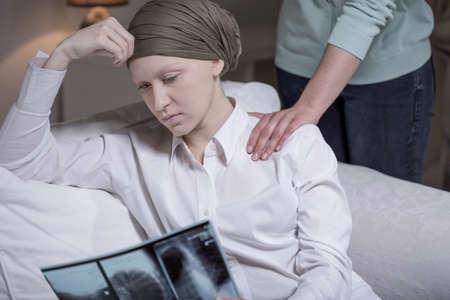 personas enfermas: Desglosado mujer joven c�ncer sentado en su casa con un amigo