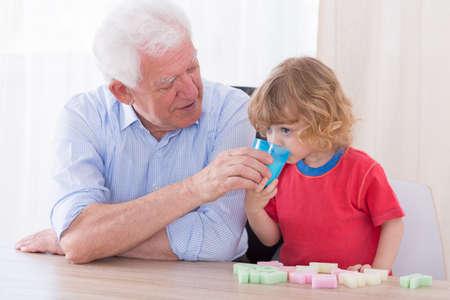 sediento: Abuelo amoroso útil y niño pequeño sed Foto de archivo