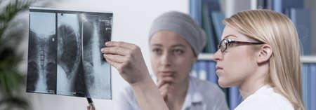 paciente: Médico de sexo femenino y su comprobación paciente radiografía foto Foto de archivo