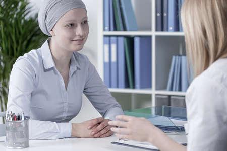 医師のオフィスでのがんの若い薄い女性