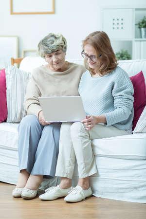 apoyo familiar: Retrato de habilidades inform�ticas de aprendizaje de edad avanzada mujer con amigo