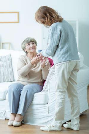 apoyo familiar: Imagen del pensionista femenina y su amable cuidador