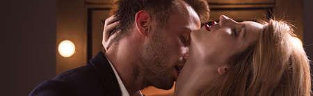 besos hombres: Atmósfera sensual entre el joven y el hombre