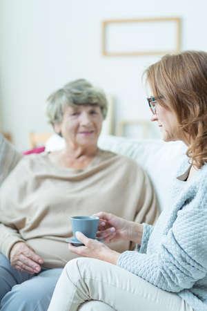 apoyo familiar: Imagen de la mujer mayor durante converastion con el amigo �tiles