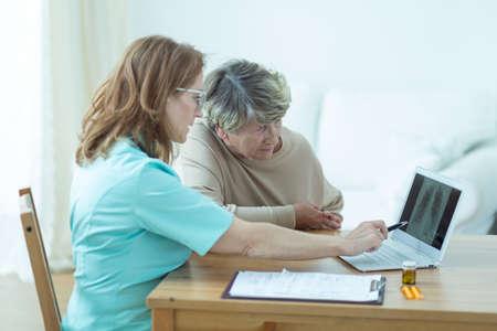 consulta médica: Foto de la mujer de edad durante la consulta médica en el hogar