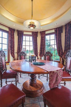 muebles de madera: Muebles antiguos con estilo en el comedor de lujo