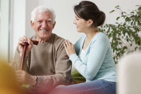 an elderly person: Belleza nieta preocuparse por su abuelo discapacitados Foto de archivo