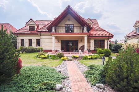 case moderne: Facciata della casa singe-famiglia con la bellezza giardino
