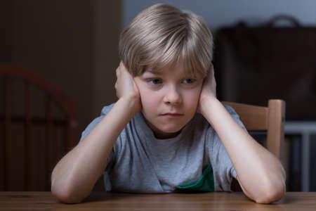 oreja: Foto de la infeliz muchacho pouty que cubra las orejas con las manos Foto de archivo