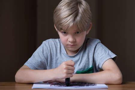 mente humana: Imagen de la infeliz niña rubia con lápiz de color negro