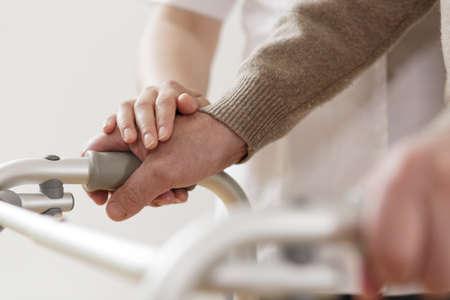 marcheur: Close-up de physiothérapeute soutenir handicapés homme âgé