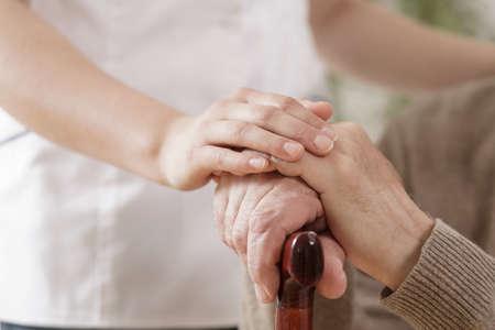ancianos caminando: Primer plano de la enfermera ayudando anciano enfermo