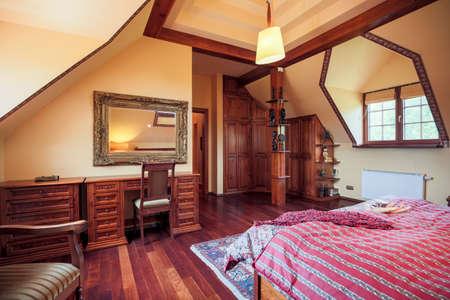 muebles de madera: Primer plano de muebles de madera en el dormitorio diseñado