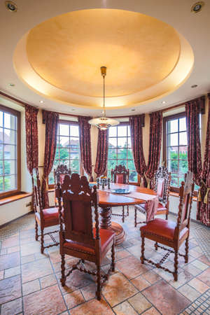 silla de madera: Elegante y elegante comedor en el apartamento de lujo
