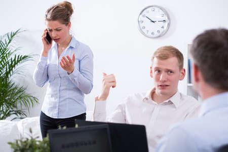 molesto: Empresario disgustado joven y su colega molesto