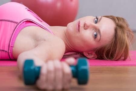 hand bra: Sportswoman doing workout on the floor mat