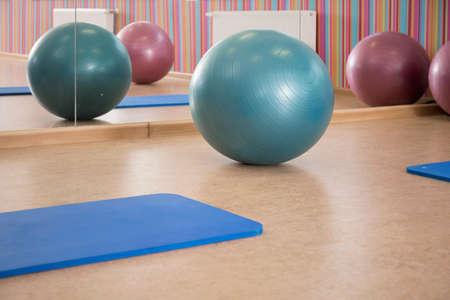 gimnasia aerobica: Interior de la sala de pilates con el equipo, horizontal