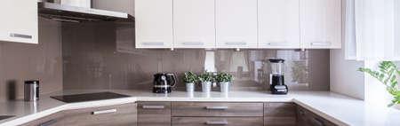 ベージュと白のキッチンのデザインの写真 写真素材