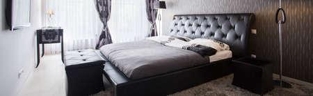 高級ホテルで豪華なベッドルームのインテリア