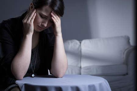 enfermedades mentales: Llorando viuda que tiene un trauma después de la muerte de su marido Foto de archivo