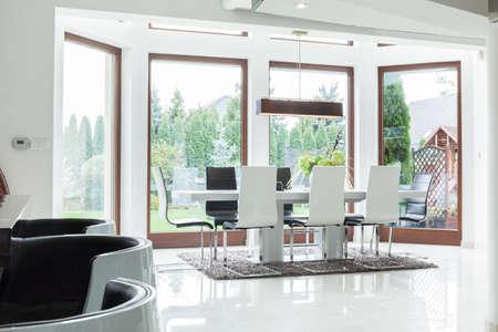familia cenando: Interior de la sala de comedor para familia grande