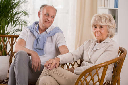 matrimonio feliz: Foto de matrimonio feliz mayores sentados juntos