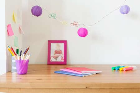 place for children: Lugar de estudio lindo para los ni�os con cuadernos y l�pices de colores