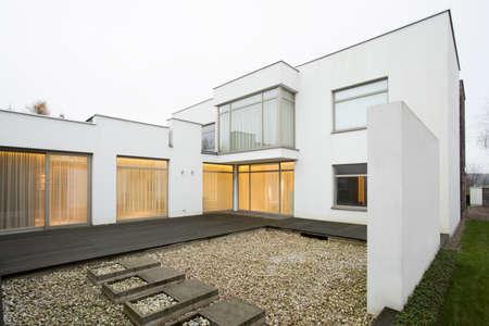 一世帯住宅のテラスの横の眺め