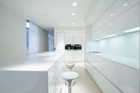 高級住宅の間の白い美しさの台所