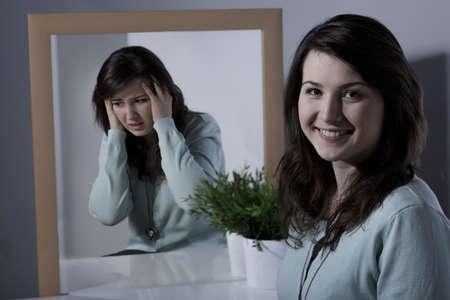 persona enferma: Muchacha sonriente bastante joven con trastorno bipolar Foto de archivo