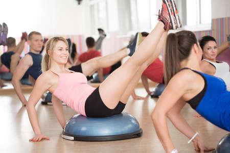 fitness hombres: Vista del entrenamiento del bosu en el gimnasio Foto de archivo