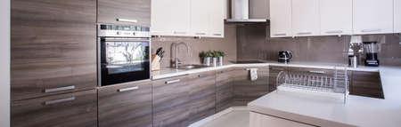 Close-up der Holzschränke in gemütlichen Küche Standard-Bild - 42424835
