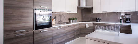 cucina moderna: Close-up di armadi in legno in cucina accogliente
