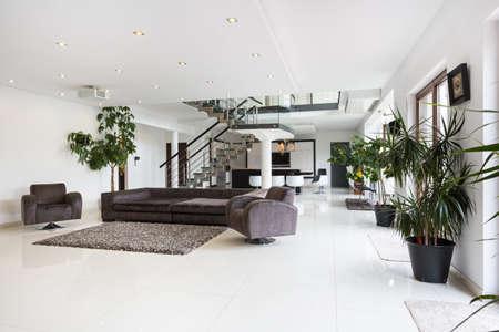 Mit Blick auf geräumige Zimmer Interieur in Luxusvilla Standard-Bild